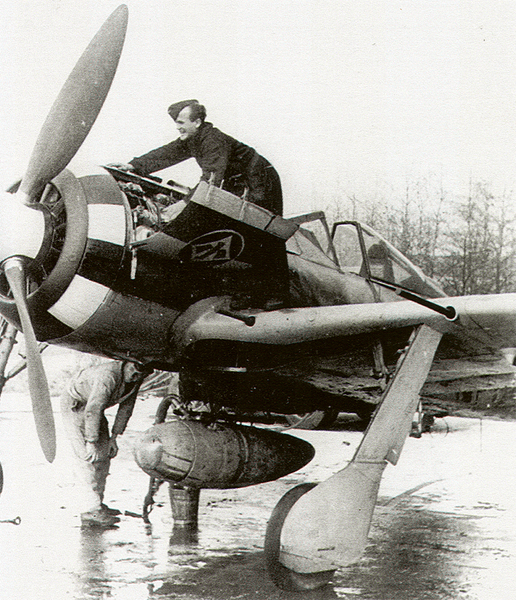 Focke-Wulf-Fw-190A7-cowling-showing-I.JG1-emblem-Dortmund-early-1944-02.jpg