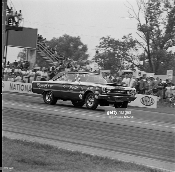 nationals-drag-race-indianapolis-sox-and-martin-plymouth-gtx-picture-id163091805.jpg