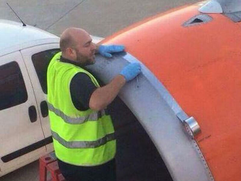 Photo-of-airport-worker-using-TAPE-on-engine-shell-of-easyJet-plane-moments-before-take-off.jpg